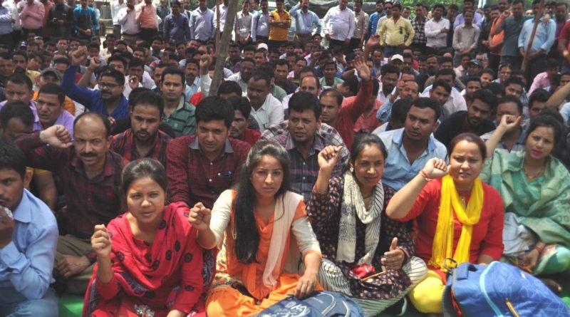 108 सेवा के फील्ड कर्मचारियों ने मजदूर संघ के बैनरतले मांगों को लेकर दिया धरना