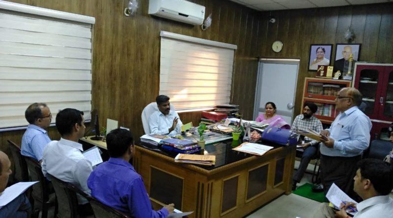 जिलाधिकारी की अध्यक्षता में जिलाधिकारी कैम्प कार्यालय में समीक्षा बैठक